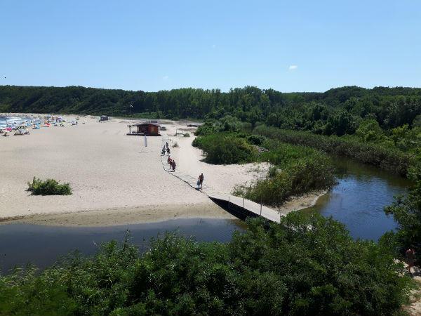 Приказният плаж Силистар остана откъснат от света, концесионерът си взе моста