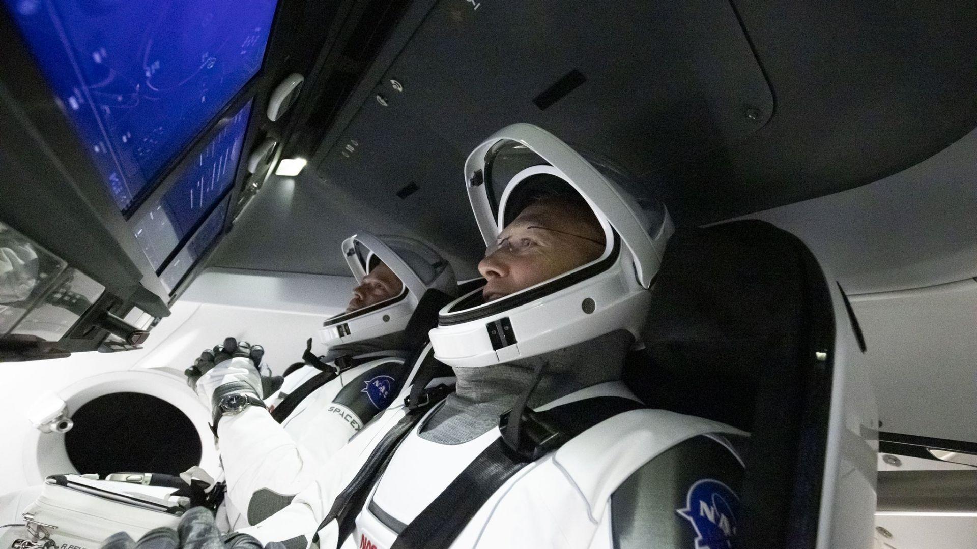 Боб Бенкен и Дъг Хърли на борда на космическия кораб Crew Dragon