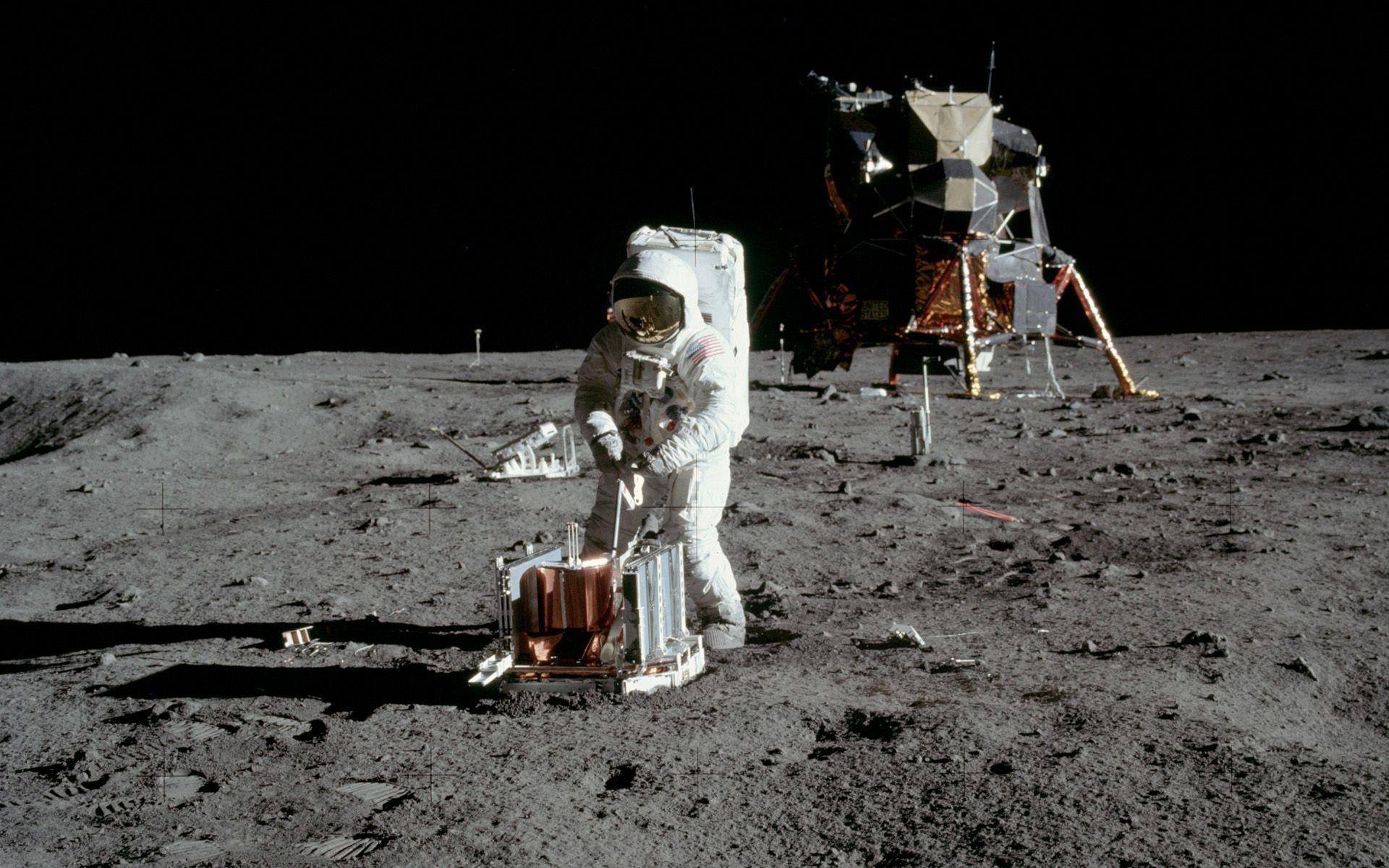 """Снимки на """"Аполо-11"""" от Луната"""