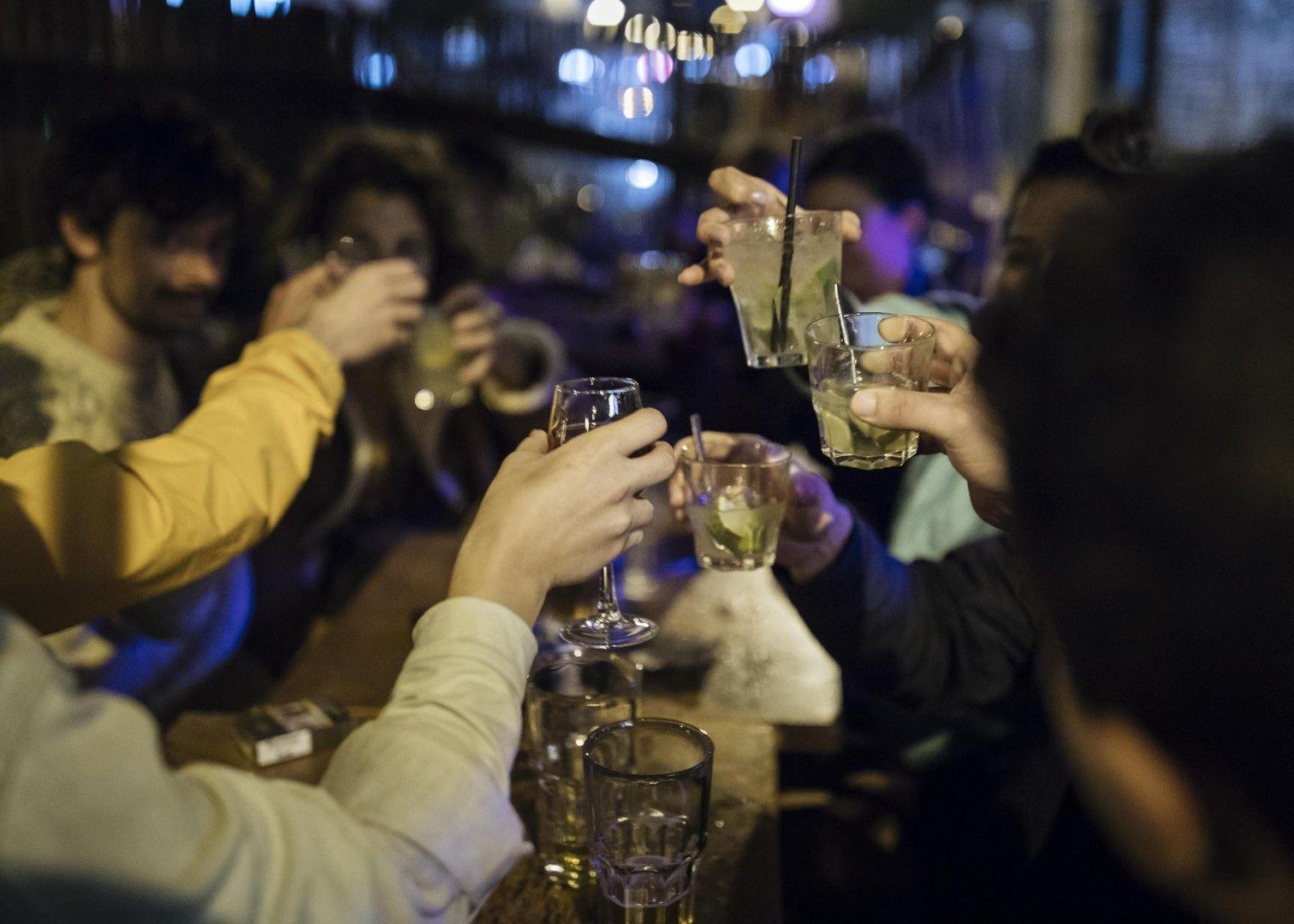 По последно питие в Париж преди новата национална карантина
