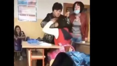 Преподавателка  удря, скубе и обижда ученичка заради повредена врата (видео)