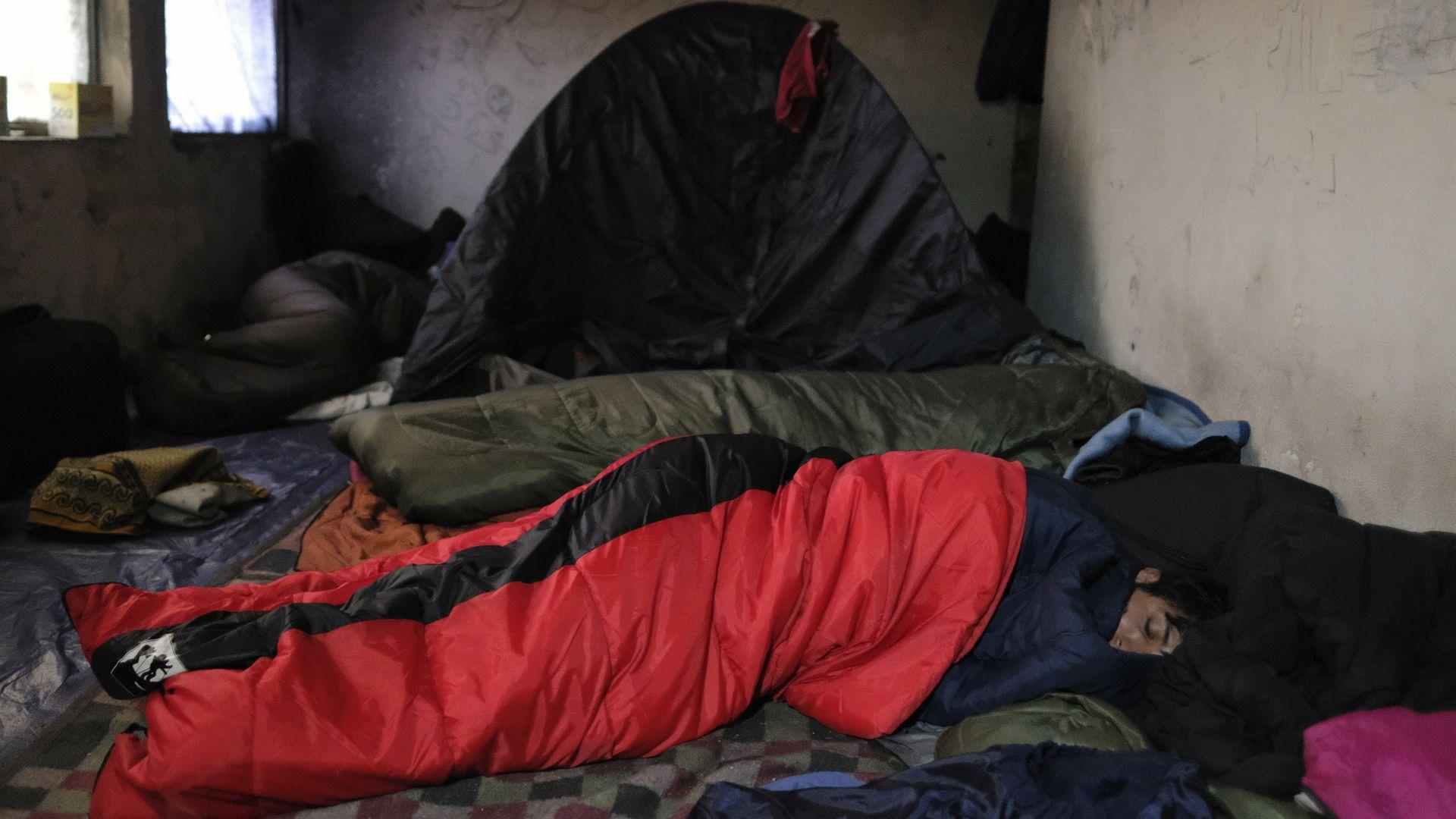 Мигранти спят в лагер, преди това фабрика в Бихач