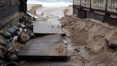 Проливните дъждове и бурни вълни отнесоха плажовете на Созопол (снимки)