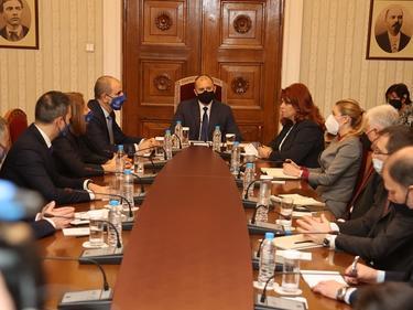 Радев се среща с парламентарно представените партии