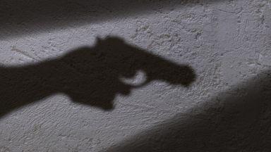 Мъж с психични отклонения застреля опонент и се барикадира, задържан е