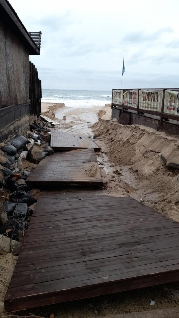 Проливни дъждове и бурни вълни отнесоха плажовете на Созопол (СНИМКИ)