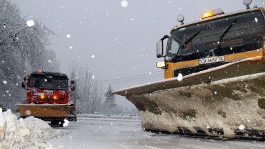 Снежни неволи: Километрична колона на прохода Клисура, преспи и навявания в 5 области
