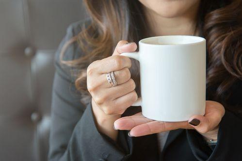 ТЕСТ: Как държите чашата си за кафе разкрива вашата личност