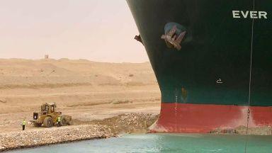 След пет дни заседналият в Суецкия канал контейнеровоз помръдна