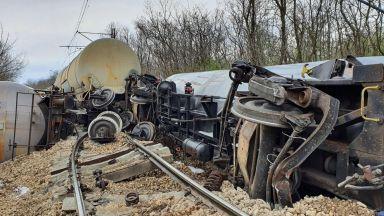 Прокуратурата разследва дерайлирането на цистерни с бензин в Русенско (снимки)