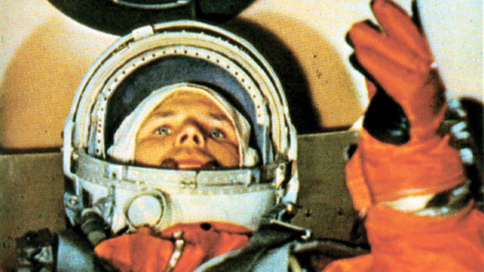 Юрий Гагарин на борда на първия космически кораб