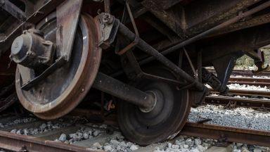 Товарен влак с цистерни дерайлира, разрушен е 2 км железен път
