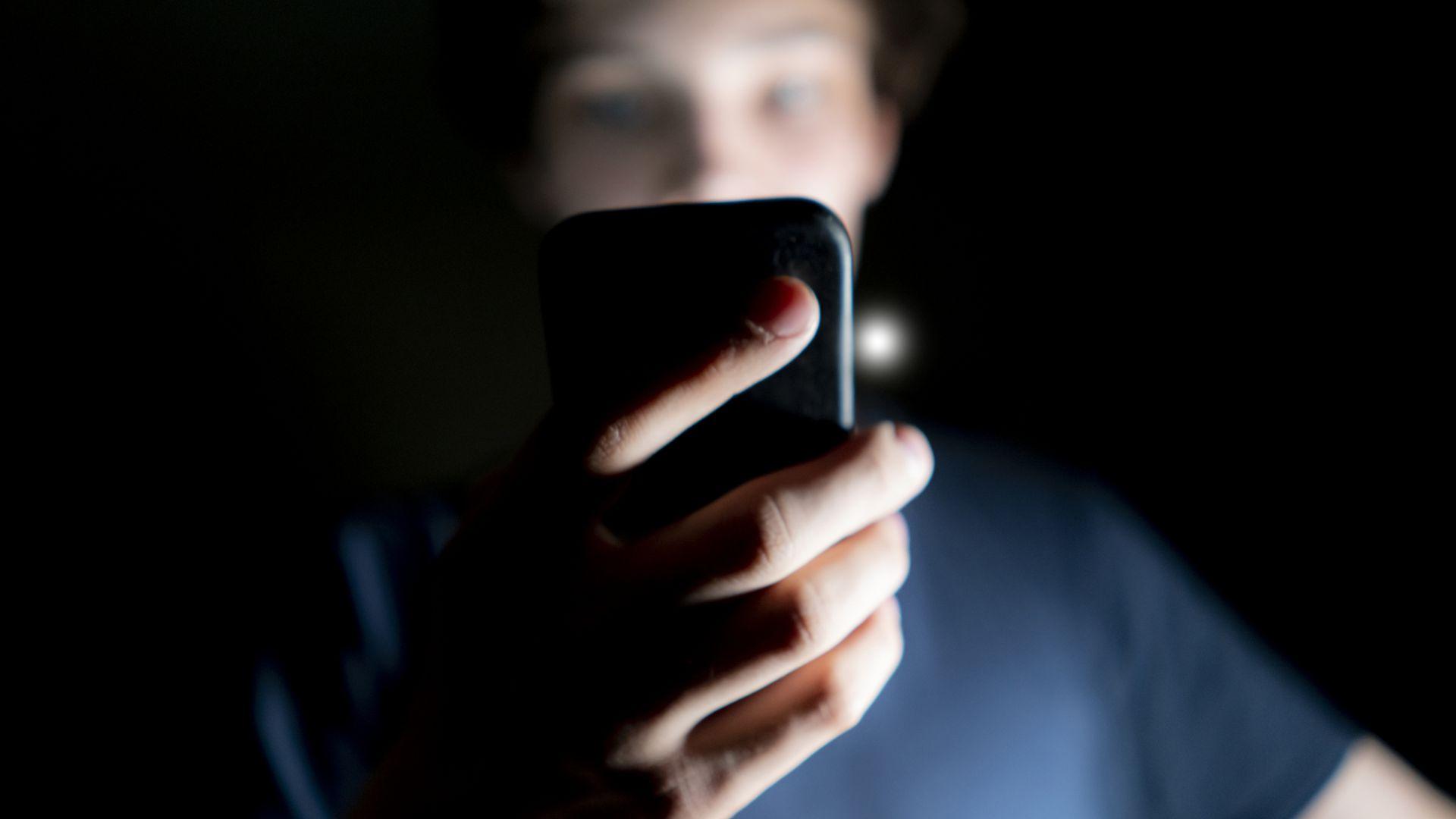 Необходимо е да сте запознати с опасностите, които дебнат детето ви онлайн