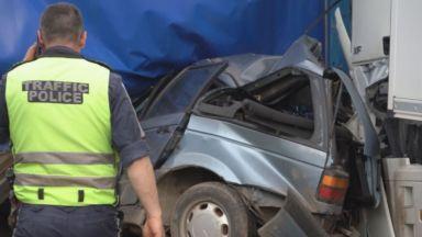 Трима загинаха в кола, премазана между два ТИР-а край Монтана