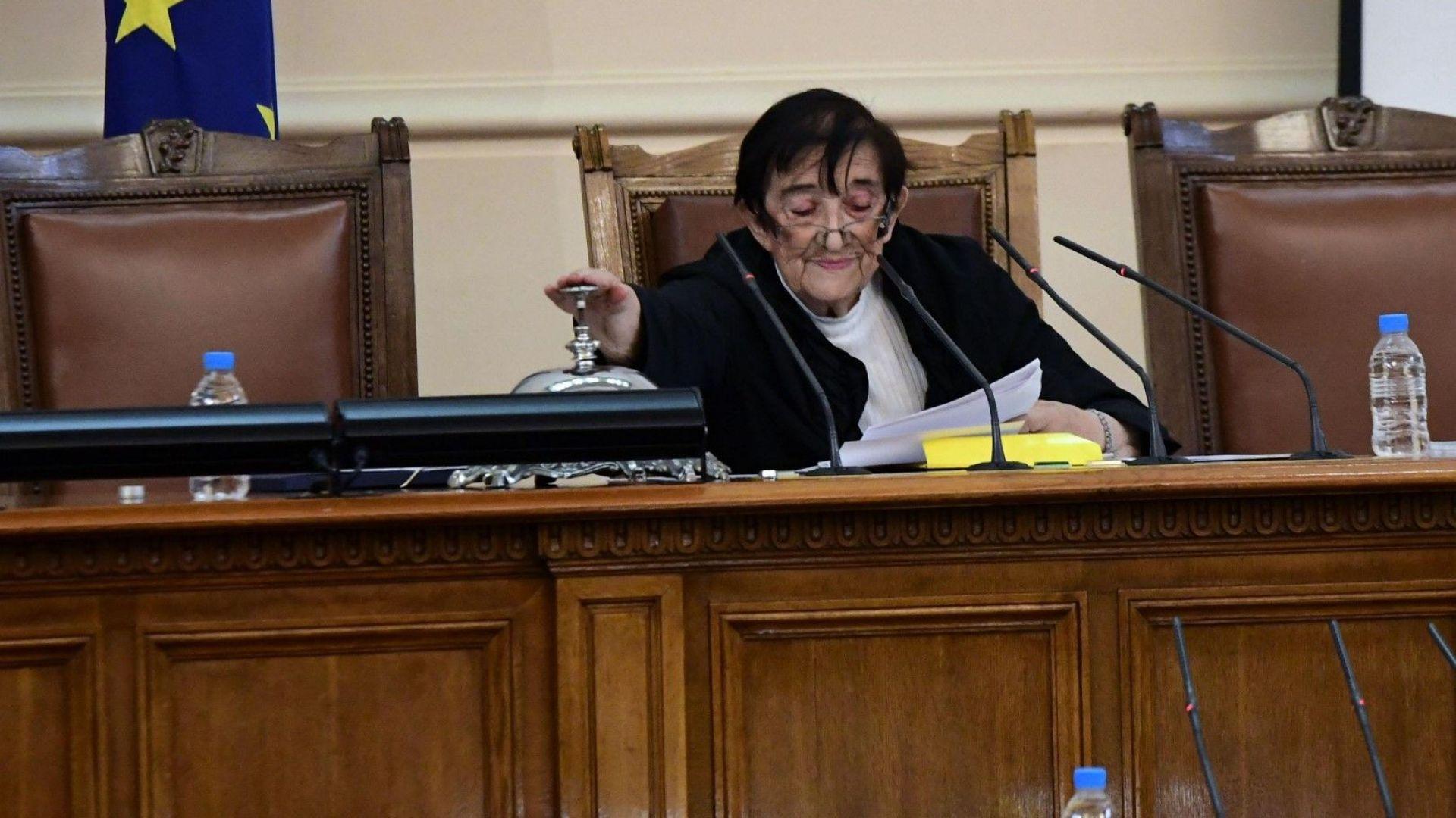Мика Зайкова свойски удря парламентарния звънец