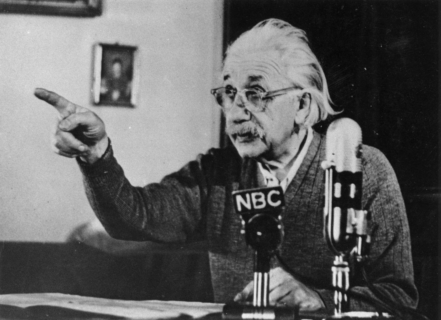 17 февруари 1950 г. Алберт Айнщайн говори публично в седмичното предаване на Елинор Рузвелт по NBC  и предупреждава за