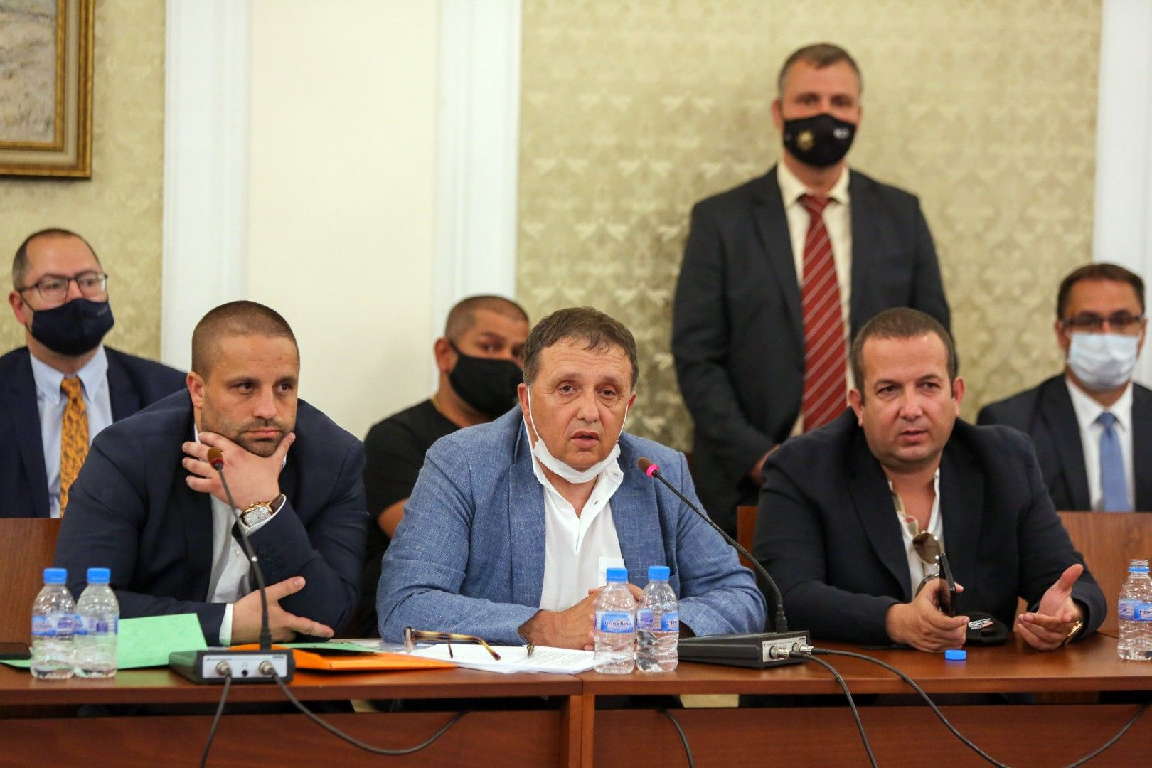 Иван Ангелов (в средата) до Светослав Илчовски по време на изслушването в парламентарната комисия