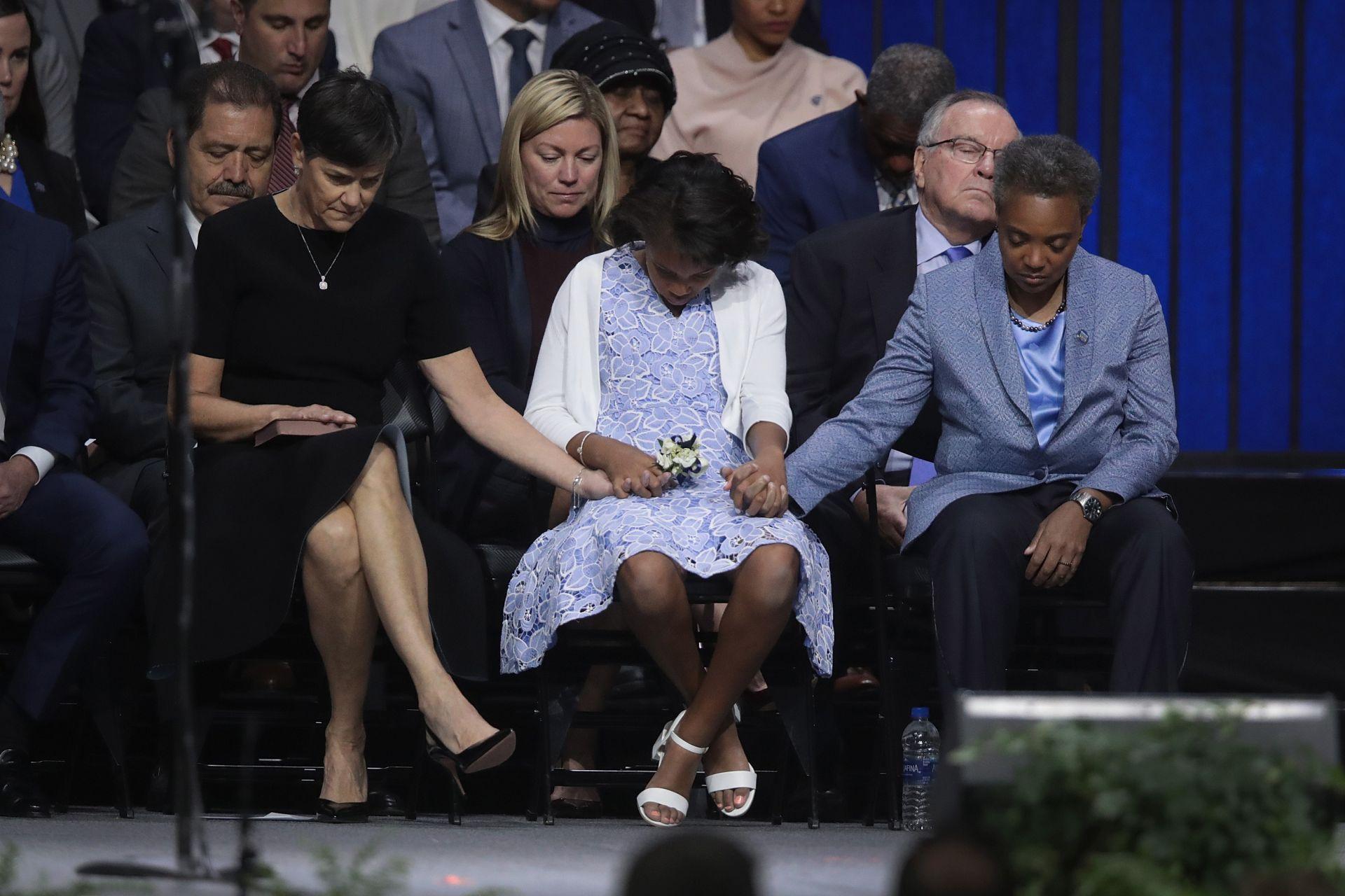 Лори Лайтфут, съпругата ѝ Ейми Ешлеман и дъщеря им Вивиан слушат молитва по време на церемонията по встъпването си в длъжност