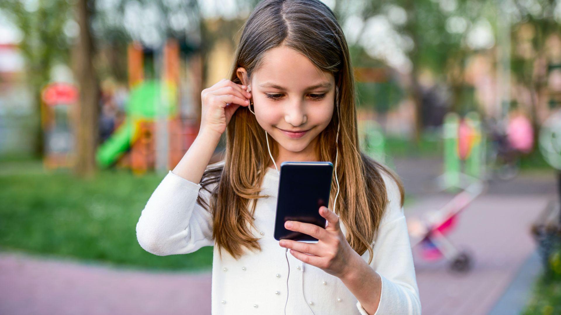 Смартфонът може да помогне на детето ви да развие интерес към музика или филми, затова не бива да му забранявате да го ползва