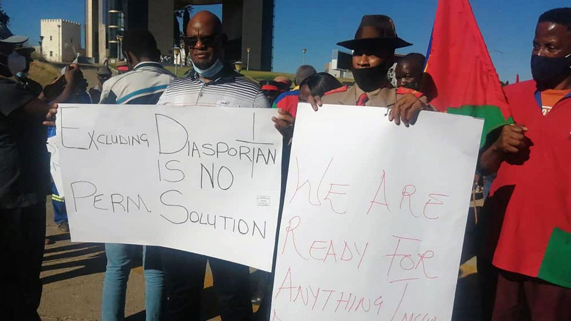 Граждани държат транспаранти на протест в Уиндхук, Намибия, в деня, в който Германия призна за геноцид в африканската държава