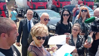 Министър Комитова констатира нарушения по трасето на участък 6 от АМ