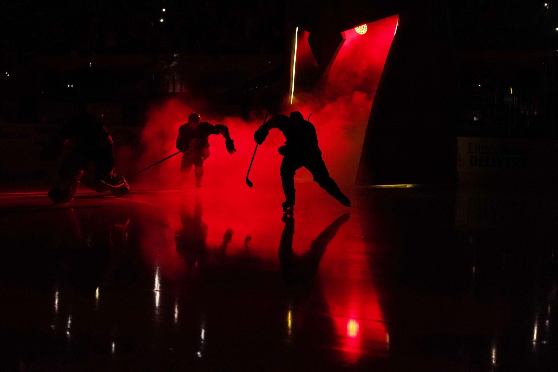 10 юни 2021 г. - Хокеистите на Вегас Голдън Найтс (Златните рицареи на Вегас) загряват преди 6-ия плейофен мач за купа