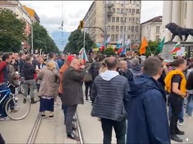Многоброен протест пред Съдебната палата иска оставката на Гешев
