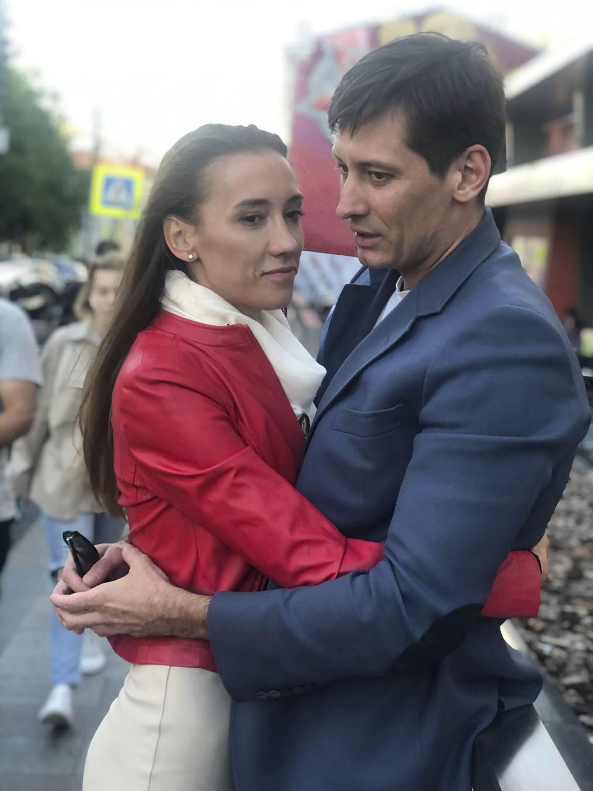 Грудков със съпругата си Валерия след излизането от ареста