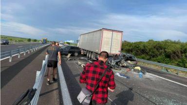 Кола влезе под ТИР при катастрофа на магистрала