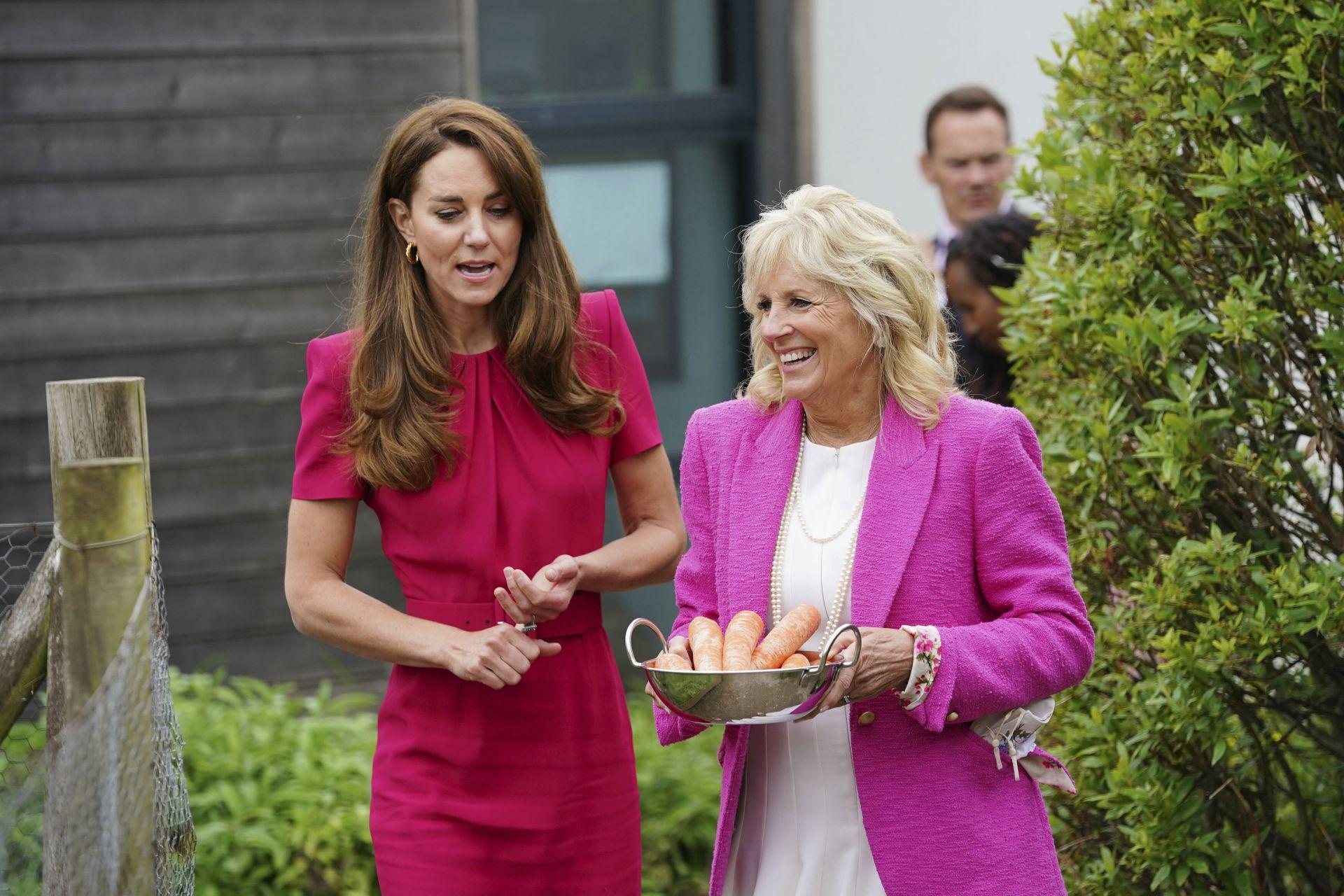 Херцогиня на Кеймбридж Кейт вляво и първата дама на САЩ Джил Байдън