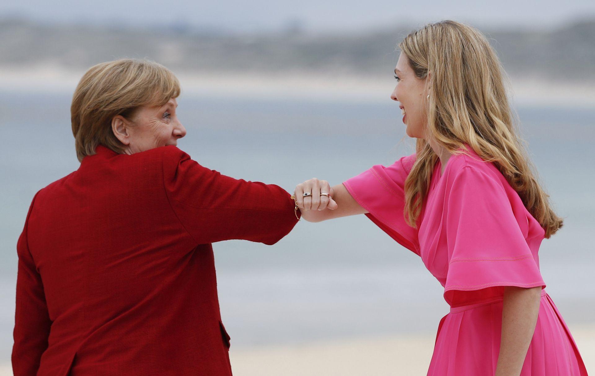 Канцлерът на Германия Ангела Меркел поздравява съпругата на Борис Джонсън Кари Джонсън