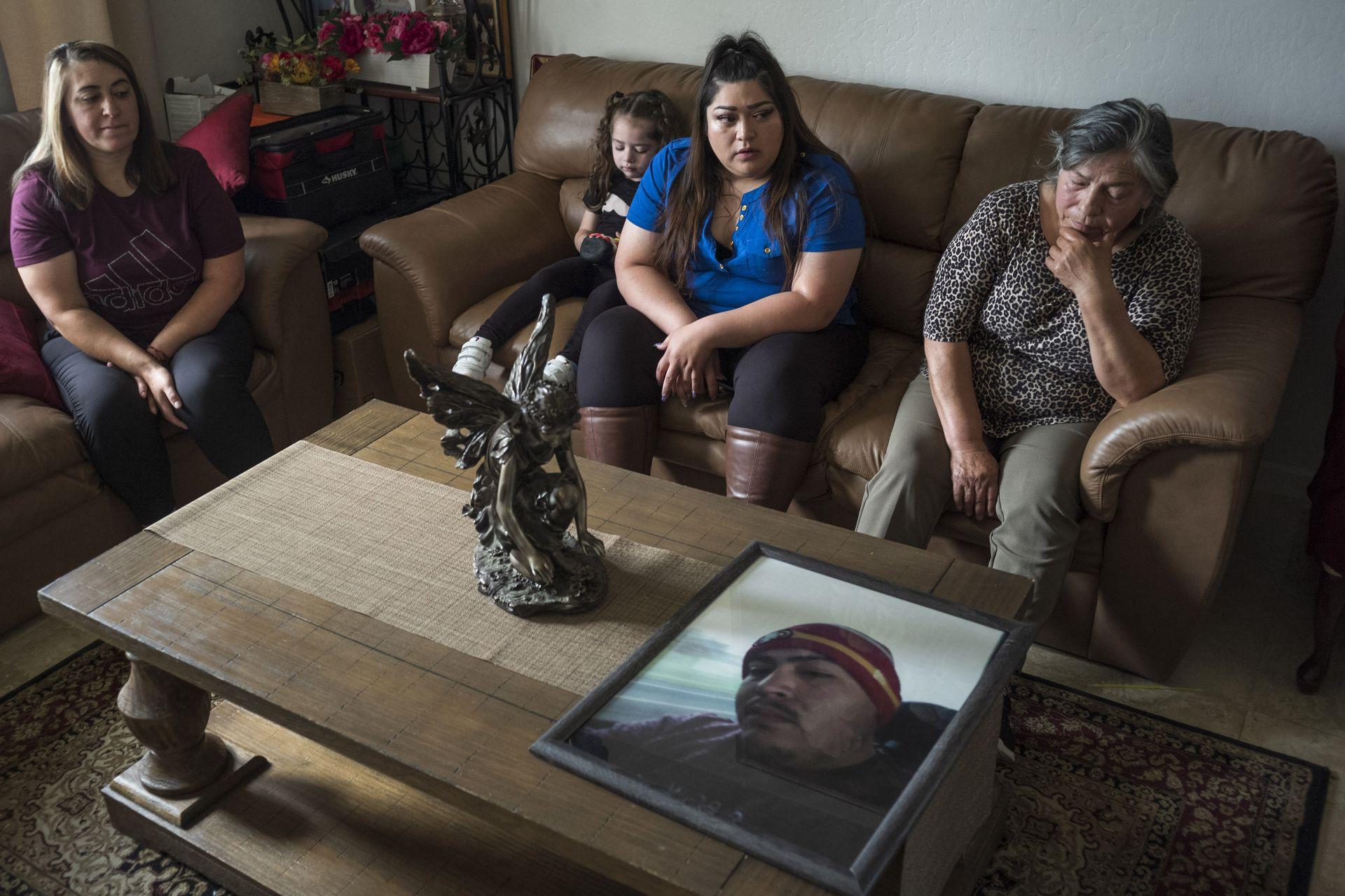 11 юни 2021 г. Роднините на Джери Рамос стават емоционални, когато гледат негова снимка в семейния дом в Уотсънвил, Калифорния. Рамос почина на 15 февруари на 32-годишна възраст, ставайки един от около 600 000 американци, които са жертви на расово и етническо насилие.