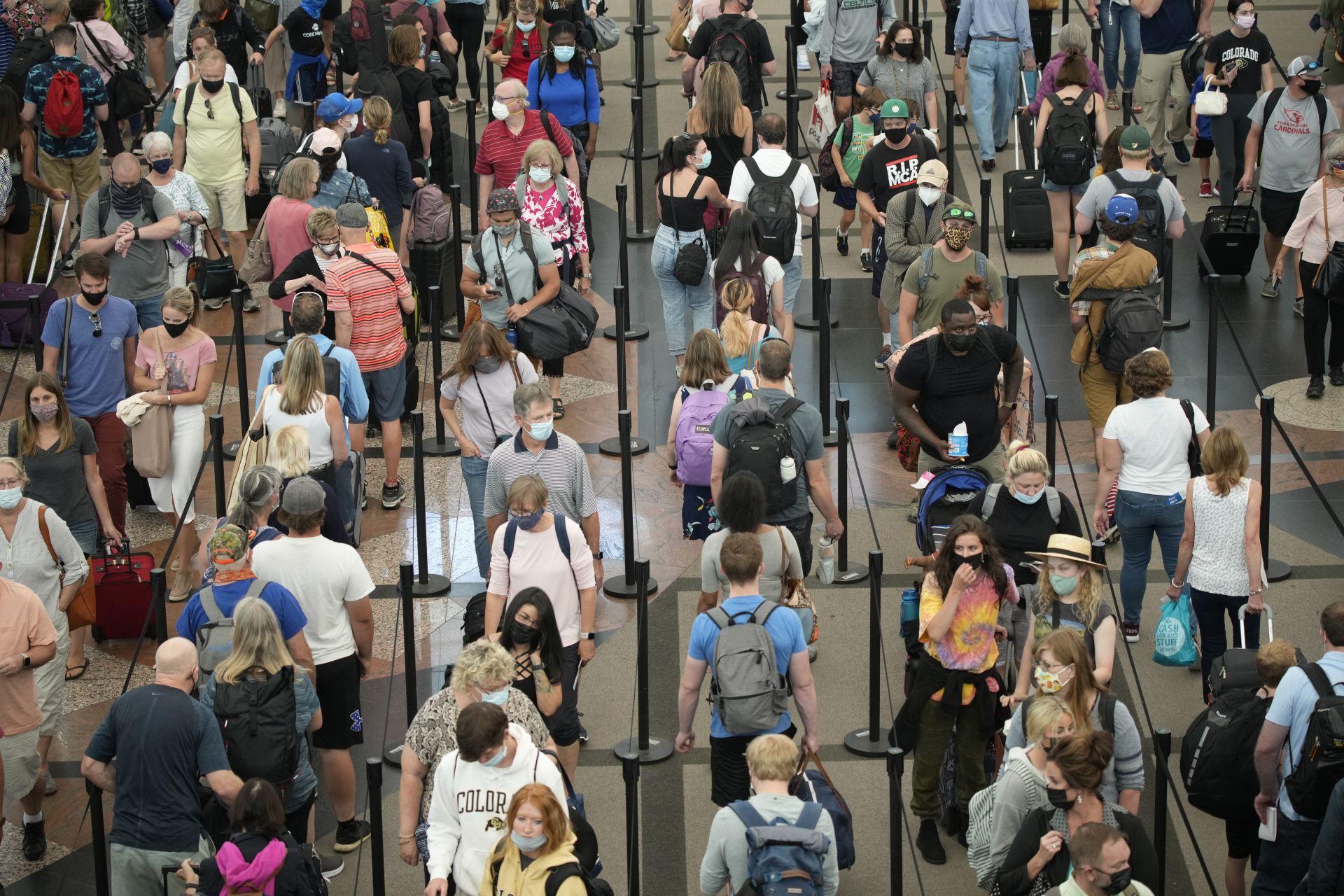 12 юни 2021 г. - Денвър, САЩ - Пътуващи се редят на дълги опашки, за да преминат през южния пункт за сигурност на международното летище