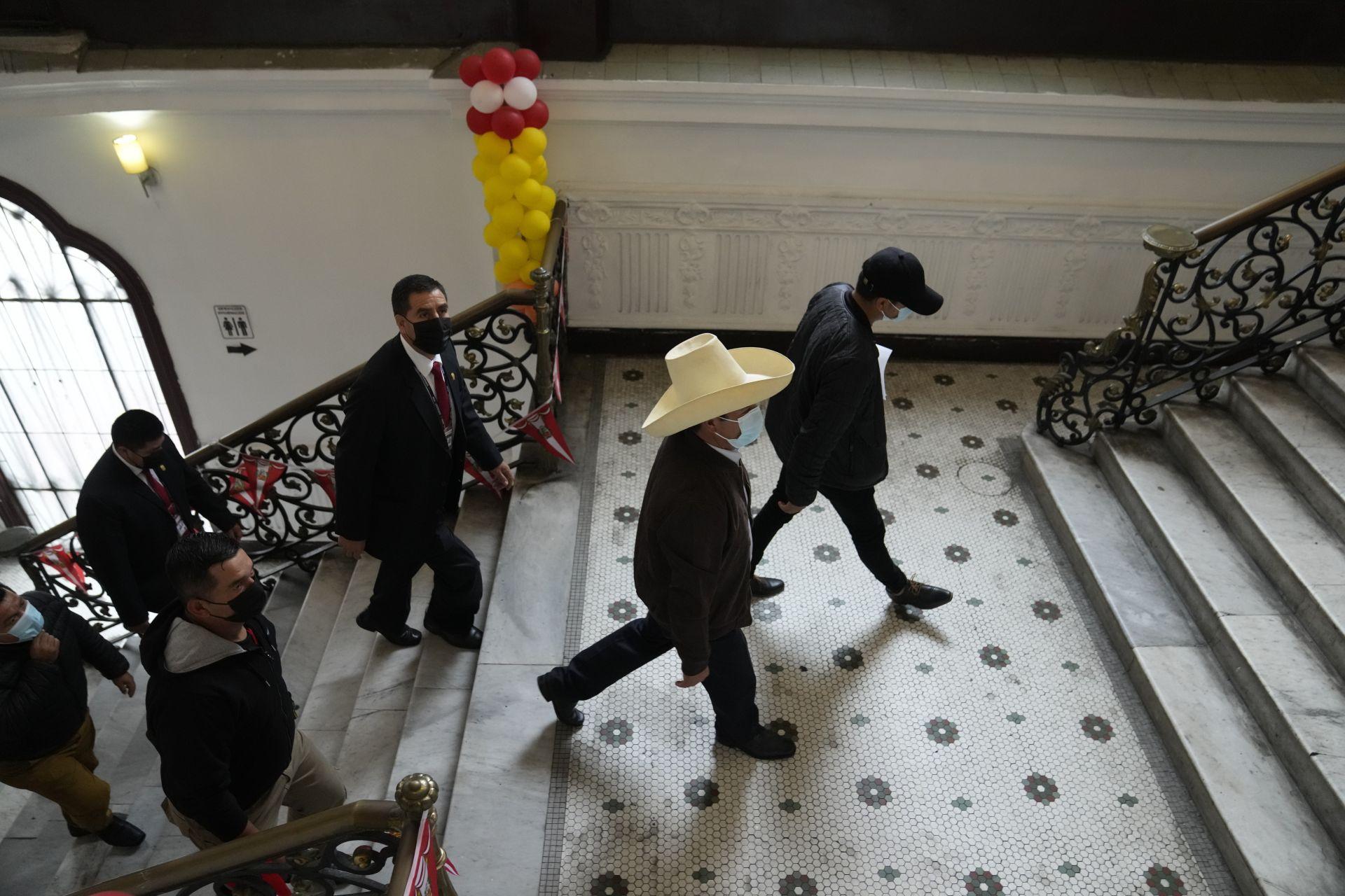 15 юни 2021 г. - С традиционна шапка на глава кандидатът за президент на Перу Педро Кастийо тръгва към залата за пресконференция. Седмица след президентските избори властите продължаваха да проверяват твърденията на Кейко Фухимори за измама в полза на Кастийо.