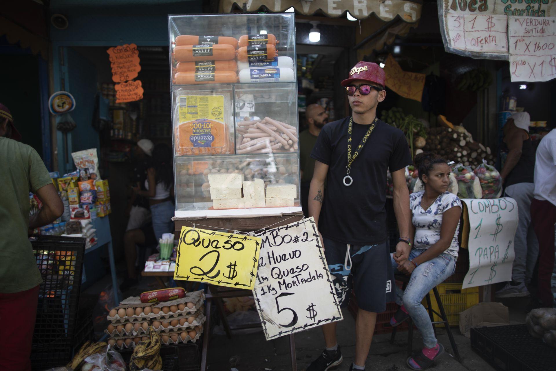 11 юни 2021 г. - Промоции на сирене, яйца и мортадела на пазар в Каракас, Венецуела. Южноамериканската страна опитва да излезе от тежката иикономическа криза, довела до недостиг на редица продукти.