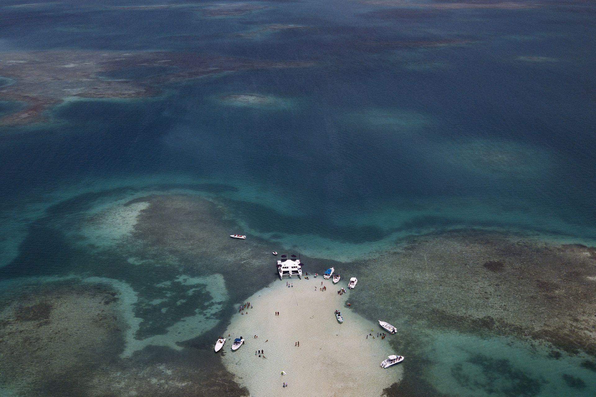 16 юни 2021 г. - Лодки акостират, докато хората плуват в залива на Националния парк Morrocoy, щата Сокол, във Венецуела. Груповите целодневни пътувания включват транспорт, храна и развлекателни игри, които станаха популярни по време на гъвкавите карантинни мерки, позволявайки на определени предприятия да работят за ограничен период от време.