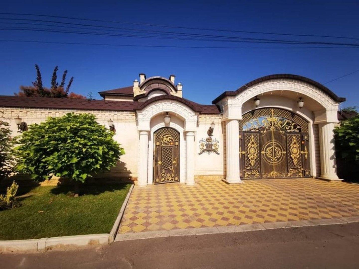 Златната декорация започва още от портата на имота