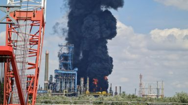 Взрив и пожар в най-голямата румънска рафинерия на Черно море (видео и снимки)