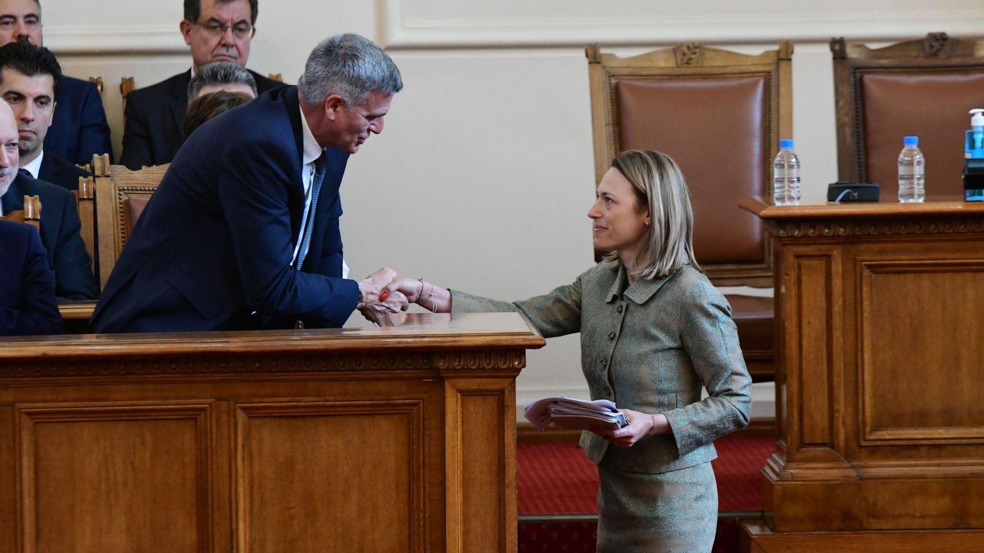 Служебният премиер Стефан Янев поздравява Ива Митева