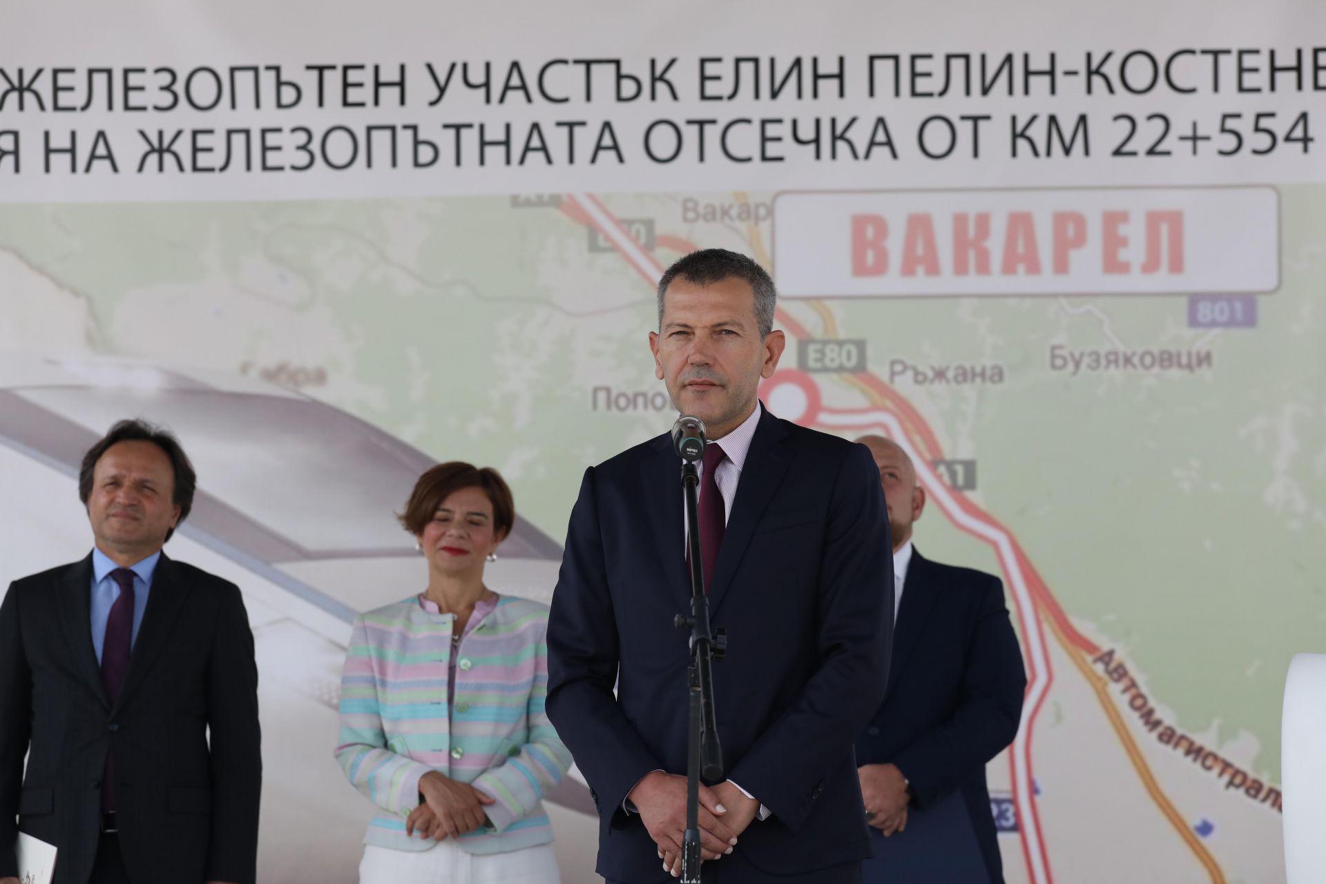 Срокът за изпълнение само на този тунел е уникален –повече от 3 години. Той ще бъде най-големият на Балканит, каза транспортният министър