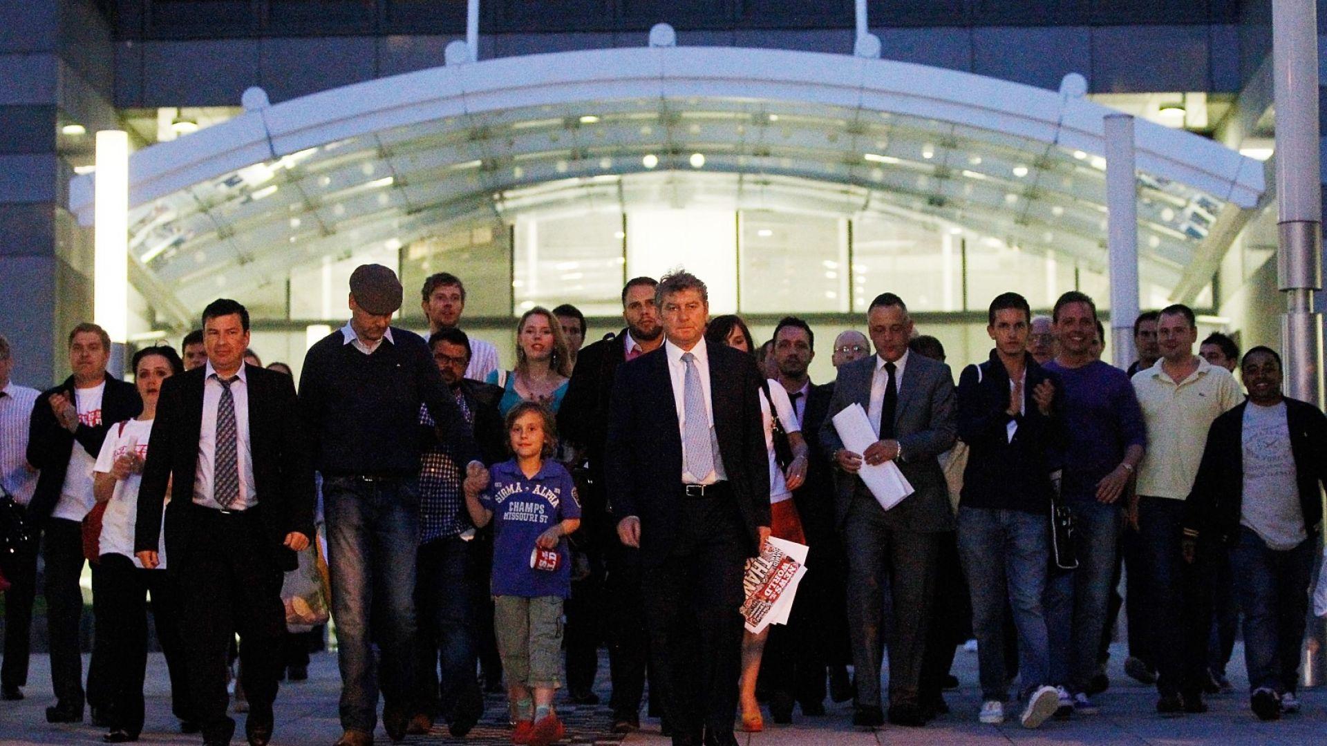 Главният редактор на News of The World Editor Колин Майлър извежда служители и журналисти от офисите на вестника на площад