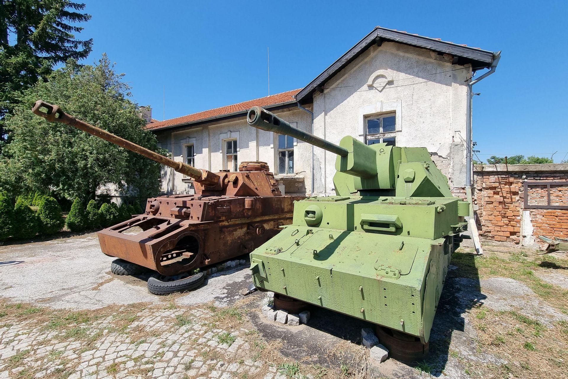 Два модела пред реставрация на среден танк Панцер 4 /Panzer IV/, на купола на десния е монтирано съветско оръдие ЗиС-3
