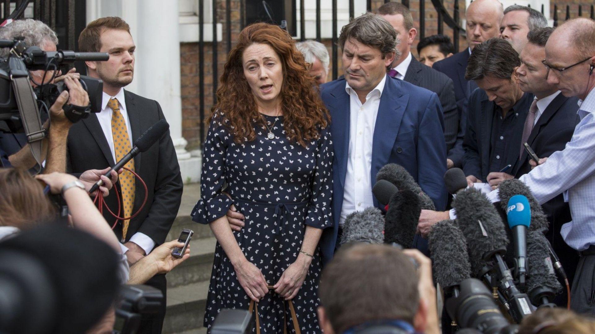Бившият изпълнителен директор на News International Ребека Брукс и съпругът й Чарли Брукс дават изявление пред дома си на 26 юни 2014 г. в Лондон