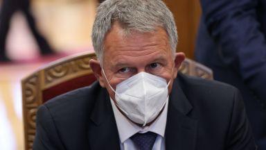 Здравният министър нареди работа от вкъщи на поне 50% от персонала: И здравен пропуск за някои