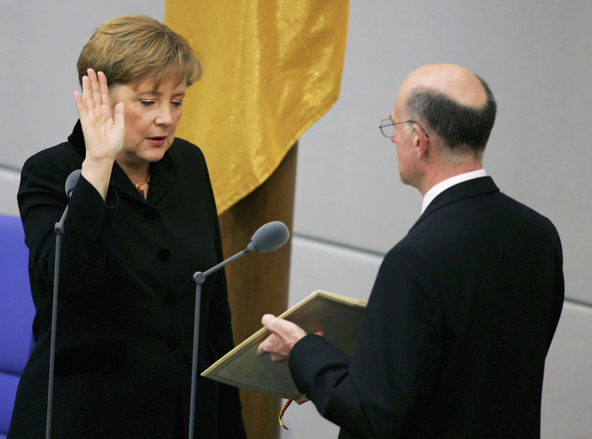 Ангела Меркел се заклева като канцлер на Германия през 2005 година
