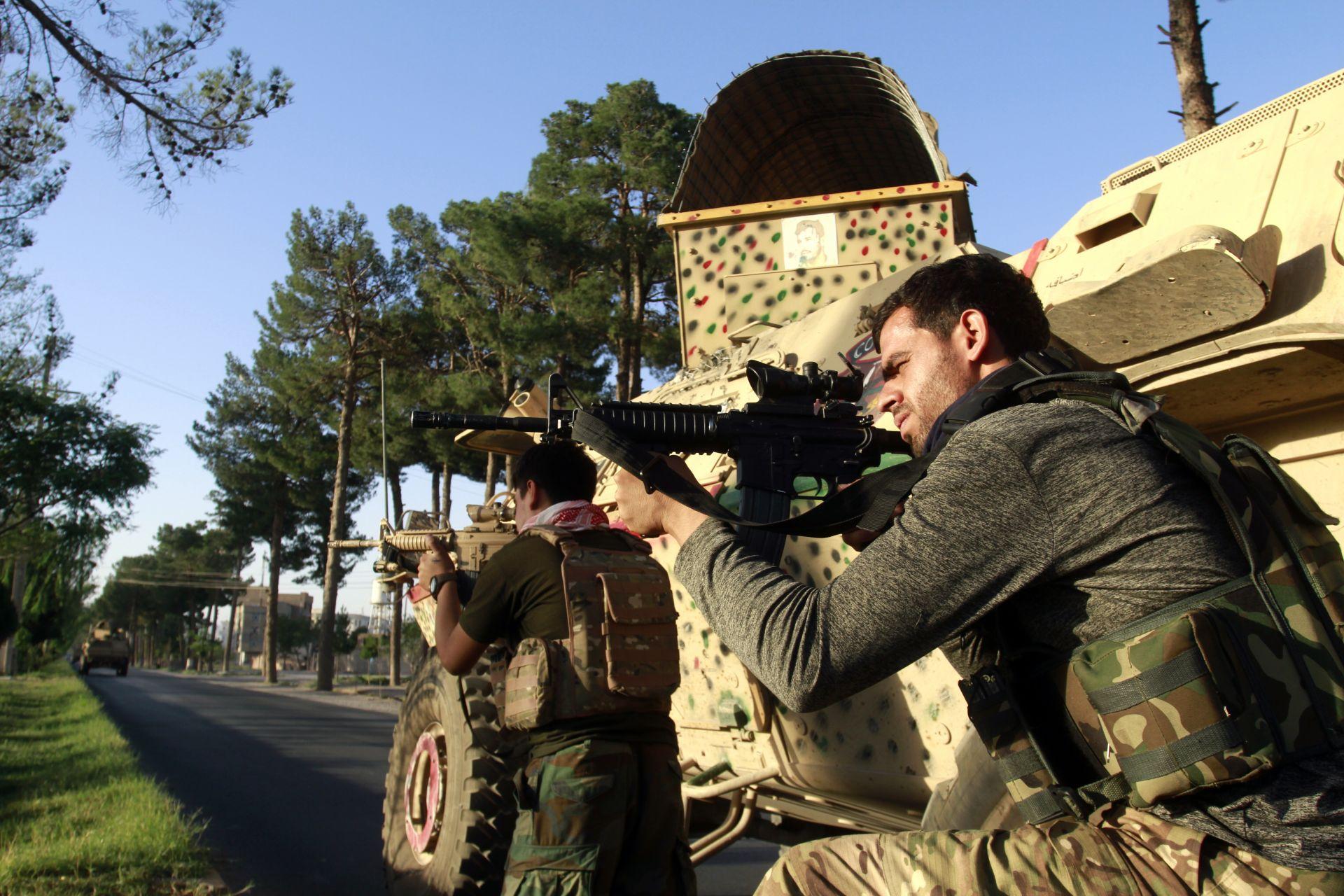 афганистанският персонал по сигурността заема позиция по време на битки между талибаните и афганистанските сили за сигурност в провинция Херат