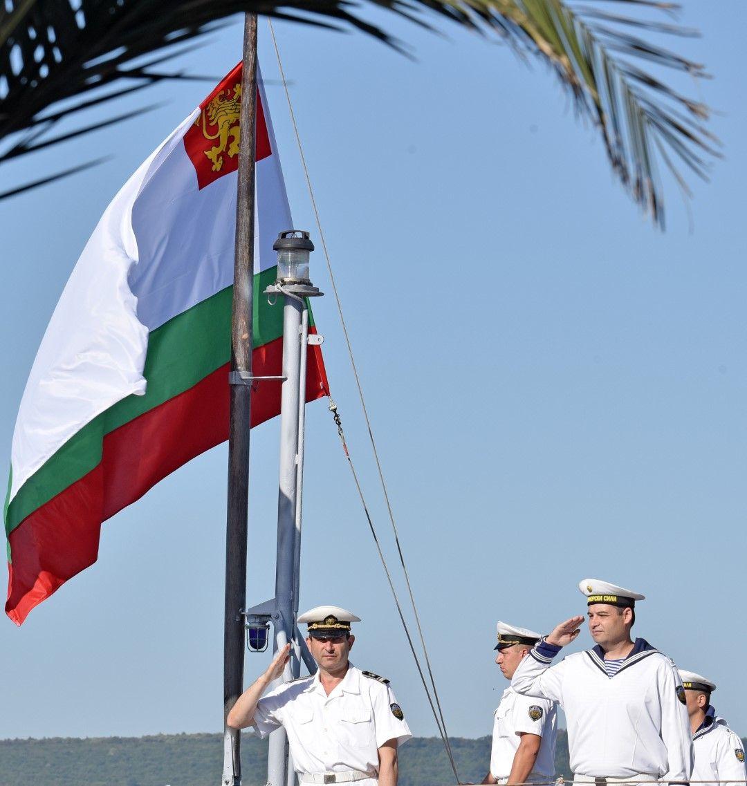 С ритуал по тържествено вдигане на флаговете на корабите от състава на Военноморските сили на Република България започна честването на 142-та годишнина от създаването на ВМС