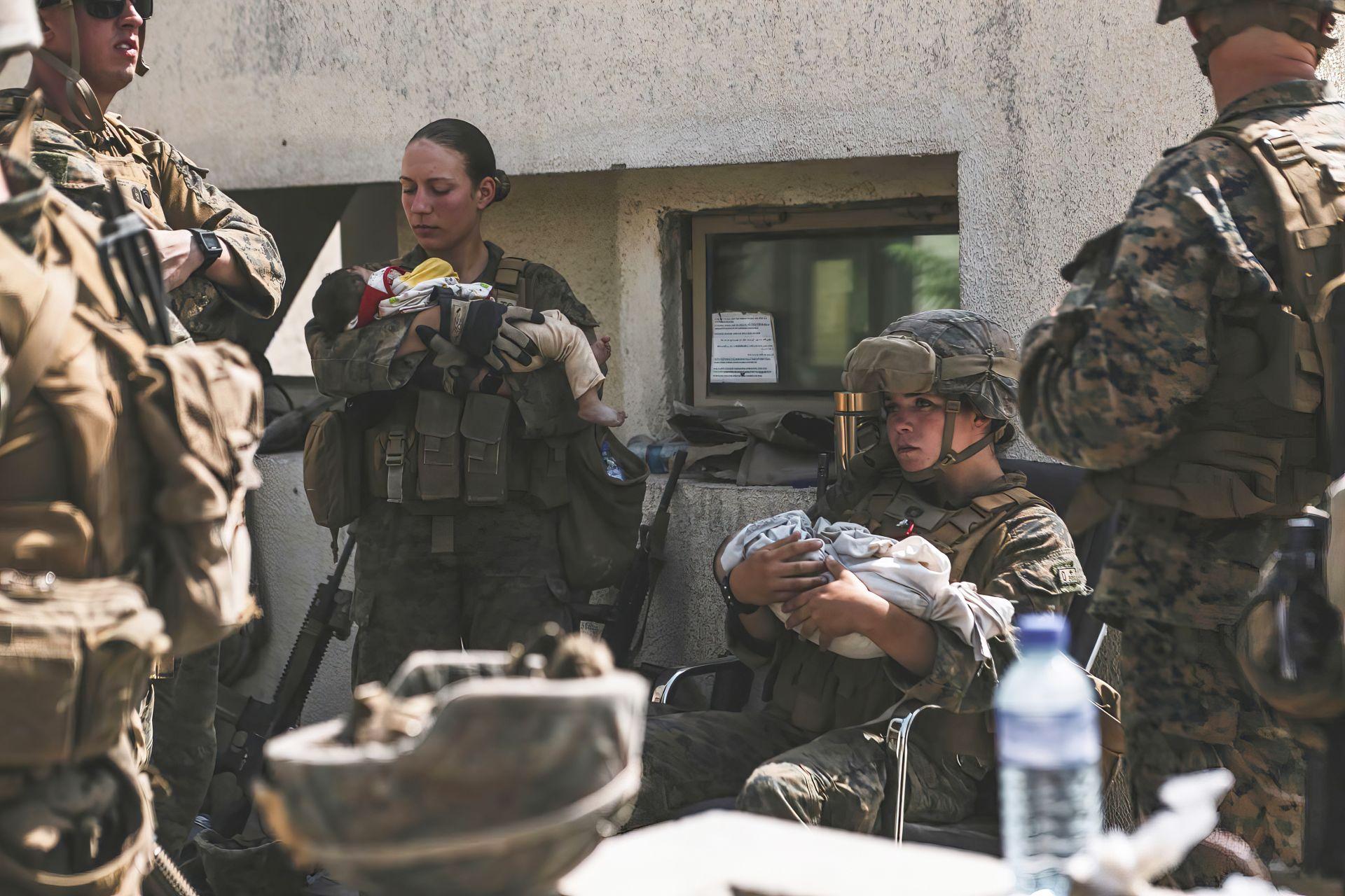 Колежка на Никол също държи спасено бебе