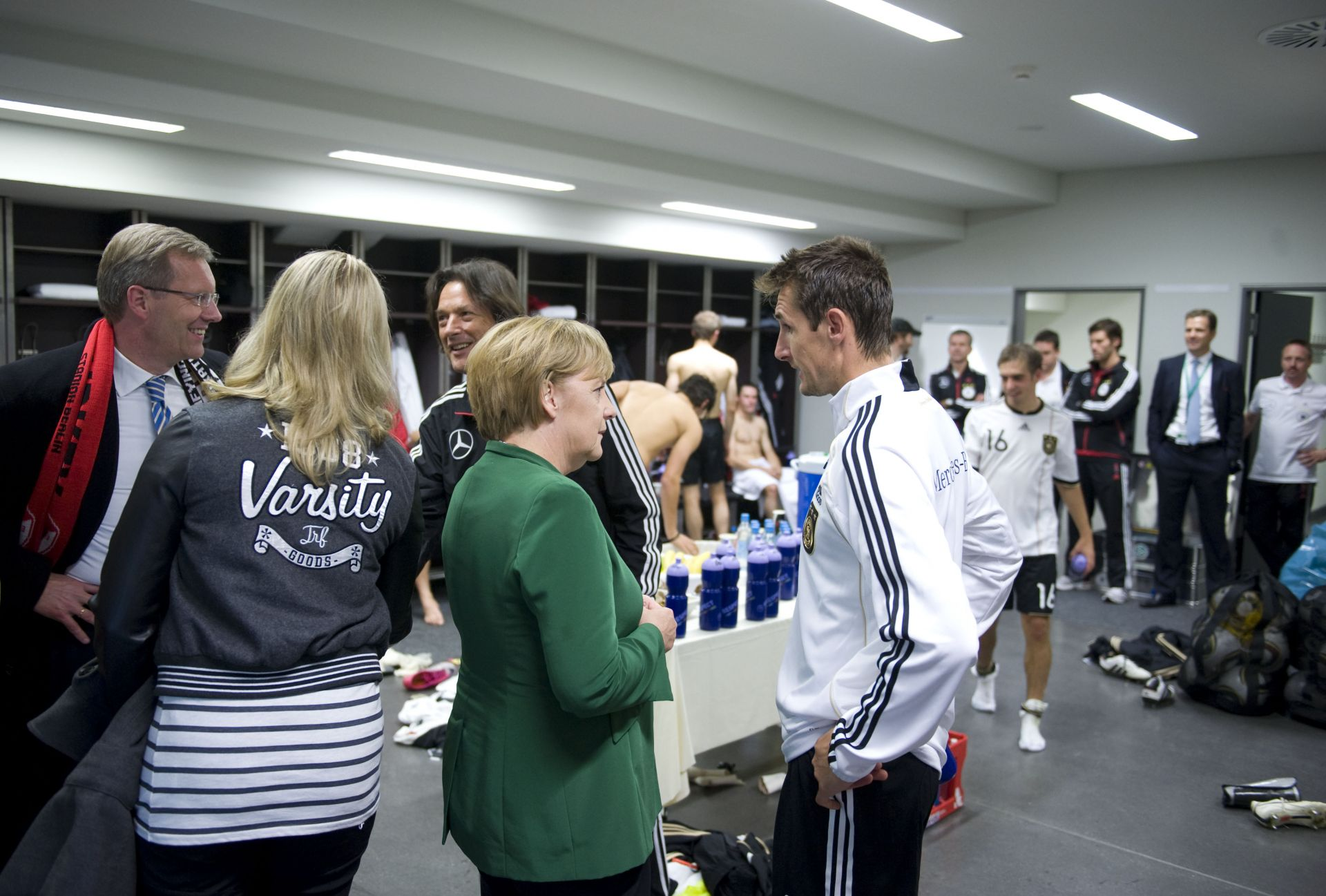 Ангела Меркел разговаря с Мирослав Клозе в съблекалнята на Бундестима