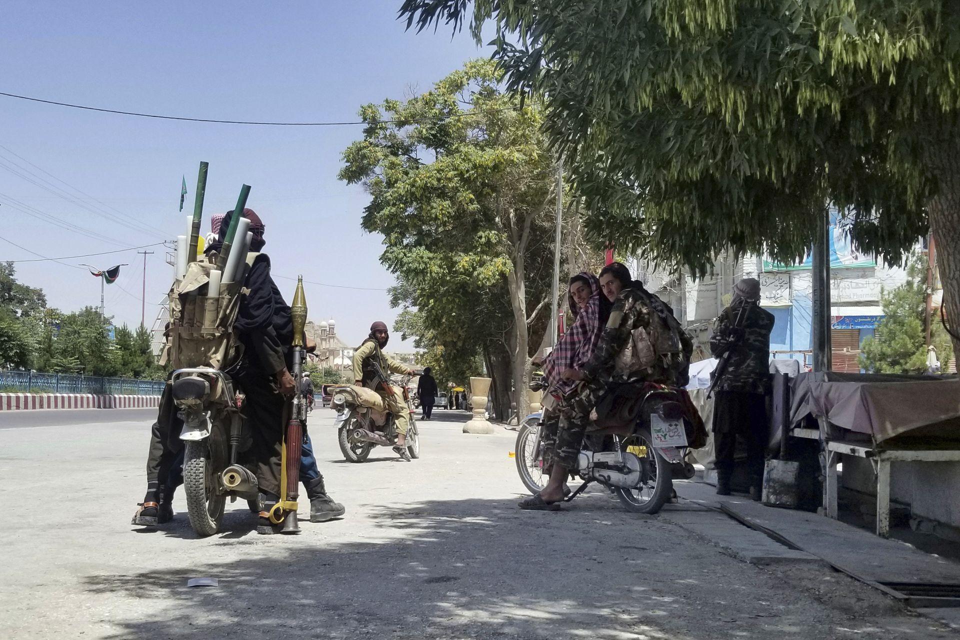 Бойци на талибаните патрулират в град Газни, югозападно от Кабул